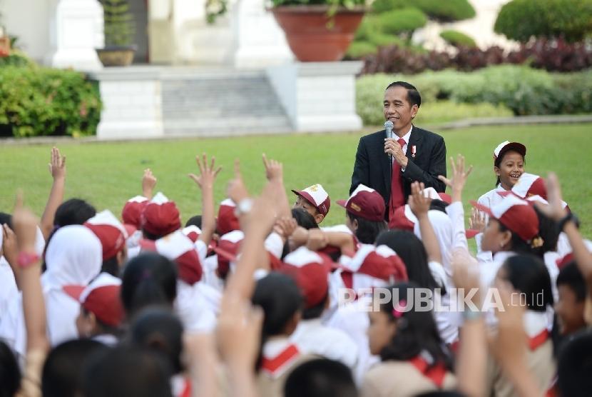 Presiden Joko Widodo berinteraksi dengan sejumlah anak-anak SD dan SMP saat Peringatan Hari Buku Nasional di Halaman Tengah Istana Merdeka, Jakarta (ilustrasi).