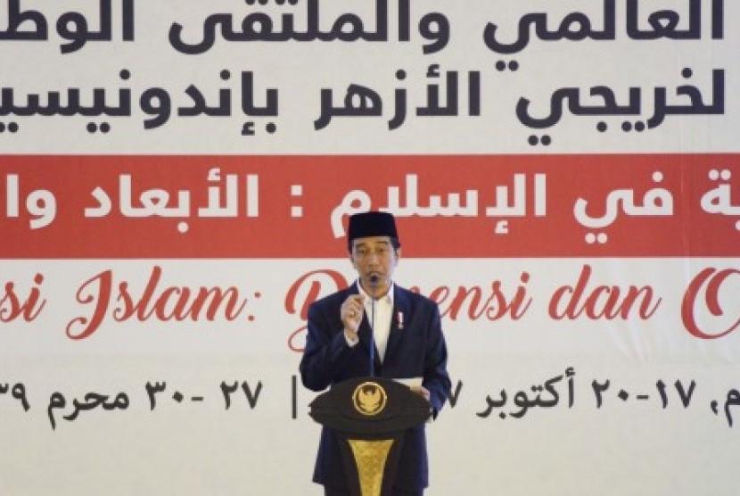 Presiden Joko Widodo berpidato saat menutup Konferensi Internasional Alumni Al Azhar di Islamic Center NTB di Mataram, Nusa Tenggara Barat, Kamis (19/10). Presiden Joko Widodo dalam sambutannya mengatakan Indonesia merupakan negara penganut Islam terbesar di dunia dengan keberagaman suku dan agama.