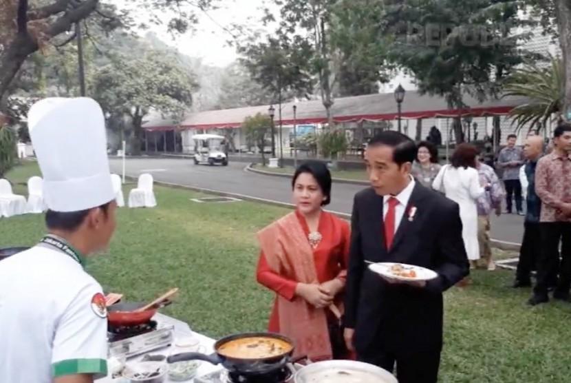 Presiden Joko Widodo bersama Ibu Iriana di Istana Negara Jakarta, Selasa (15/8).