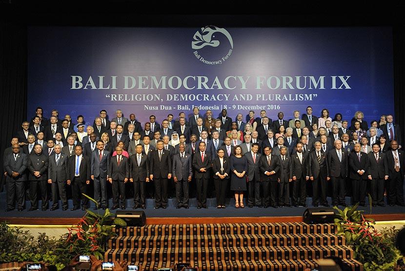 Presiden Joko Widodo bersama mantan Sekjen PBB, Kofi Annan dan Menlu Retno L.P Marsudi berfoto bersama menteri-menteri dan delegasi negara peserta dalam pembukaan Bali Democracy Forum (BDF) IX di Nusa Dua, Kamis (8/12).