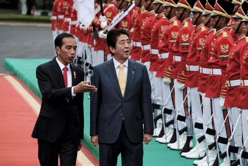 Presiden Joko Widodo bersama PM Jepang Shinzo Abe di Istana Bogor, Ahad (15/1).