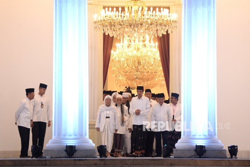 President Joko Widodo together with VP Jusuf Kalla and ulemas walk to the venue of Dzikir Kebangsaan (national prayer) in the yard of Merdeka Palace, Jakarta, Tuesday (August 1) night.