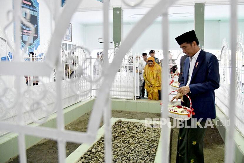 Presiden Joko Widodo berziarah ke makam pahlawan nasional TGKH Muhammad Zainuddin, Kamis (23/11).