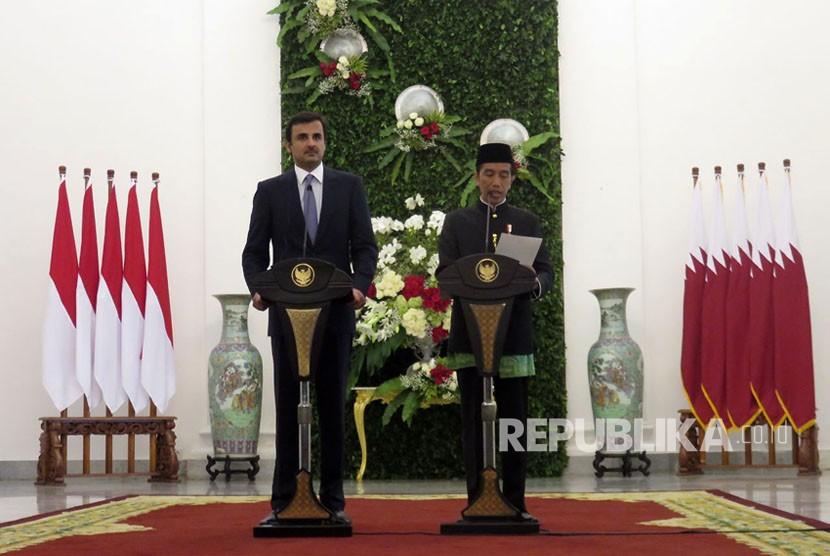 Presiden Joko Widodo dan Emir Qatar Syekh Tamim memberikan keterangan pers di Istana Bogor, Rabu (18/10).