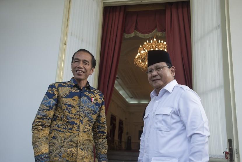 Presiden Joko Widodo dan Ketua Umum DPP Partai Gerakan Indonesia Raya Prabowo Subianto (kanan)