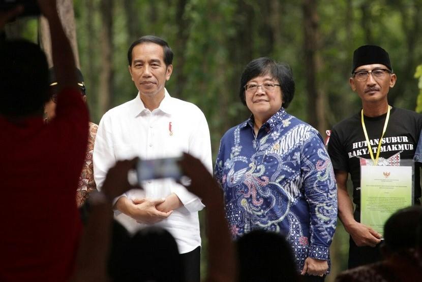 Presiden Joko Widodo dan Menteri Lingkungan Hidup dan Kehutanan Siti Nurbaya.