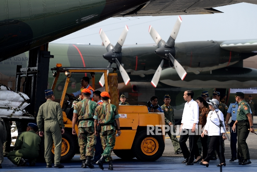 President Joko Widodo accompanied by Foreign Affairs Minister Retno Marsudi oversee preparation of humanitarian aid delivery to Rohingya refugees at the Halim Perdanakusumah airport, Jakarta, Wednesday (September 13).