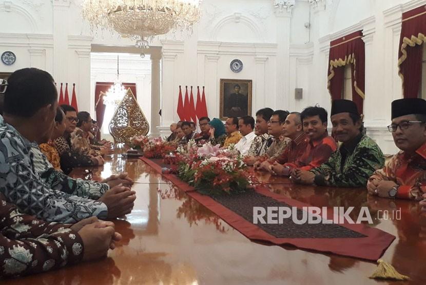 Presiden Joko Widodo didampingi Mensesneg Pratikno, bertemu dengan perwakilan KAHMI di Istana Negara, Jumat (3/11).