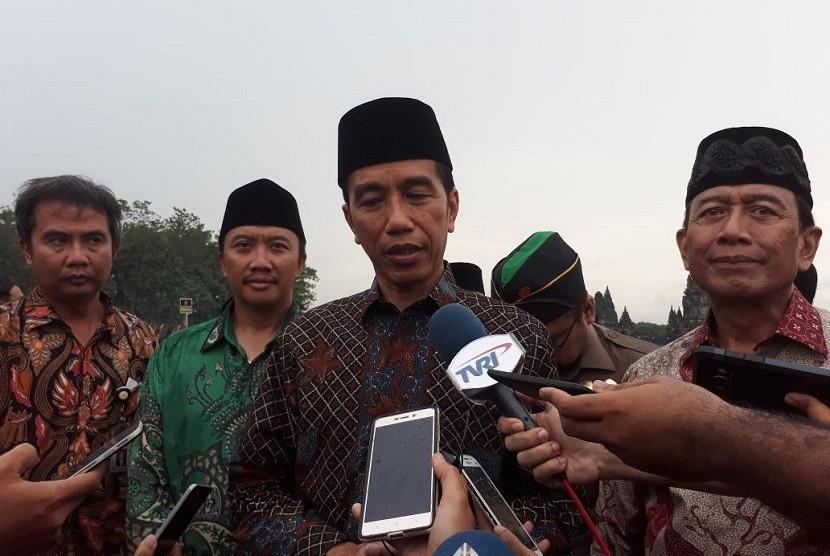 Presiden Joko Widodo ditemani Menteri Polhukam Wiranto dan Menpora memberikan keterangan pers terkait aksi bela Palestina 1712.