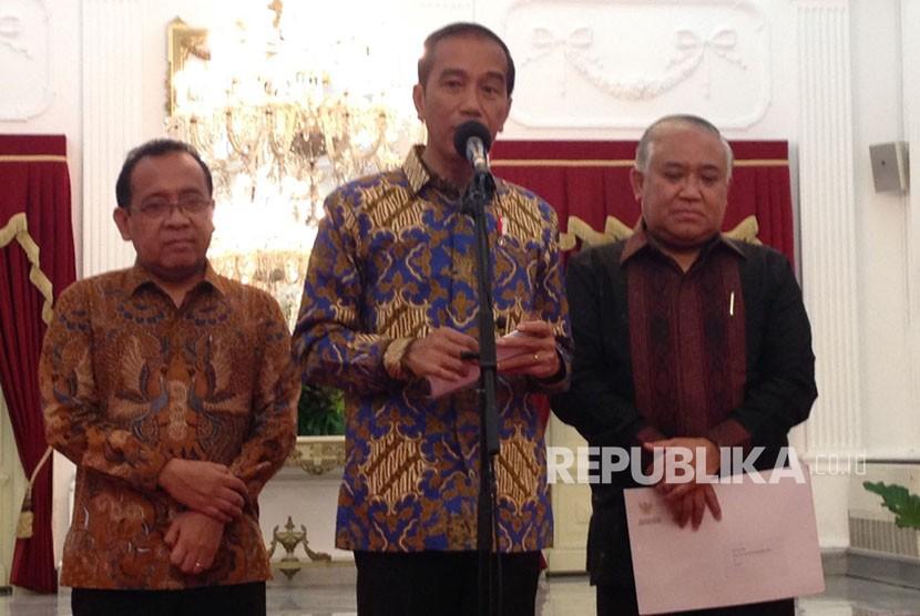Presiden Joko Widodo (Jokowi) dan Din Syamsudin menggelar konferensi pers bersama di Istana Merdeka, Jakarta, Senin (23/10).