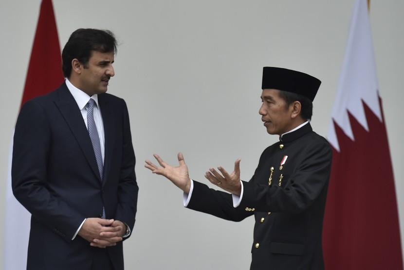Presiden Joko Widodo (kanan) berbincang dengan Emir Qatar Sheikh Tamim bin Hamad Al Thani (kiri) saat kunjungan kenegaraan di beranda belakang Istana Bogor (Ilustrasi)