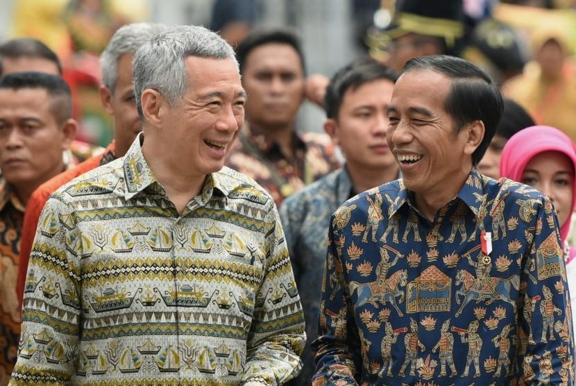 Presiden Joko Widodo (kanan) berbincang dengan Perdana Menteri Singapura Lee Hsien Loong (kiri) pada pertemuan bilateral di Semarang, Jawa Tengah, Senin (14/11).