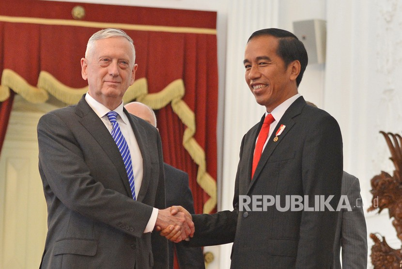 President Joko Widodo (right) shakes hand with US Defense Secretary James Mattis before holding a meeting in Merdeka Palace, Jakarta, on Tuesday (January 23).