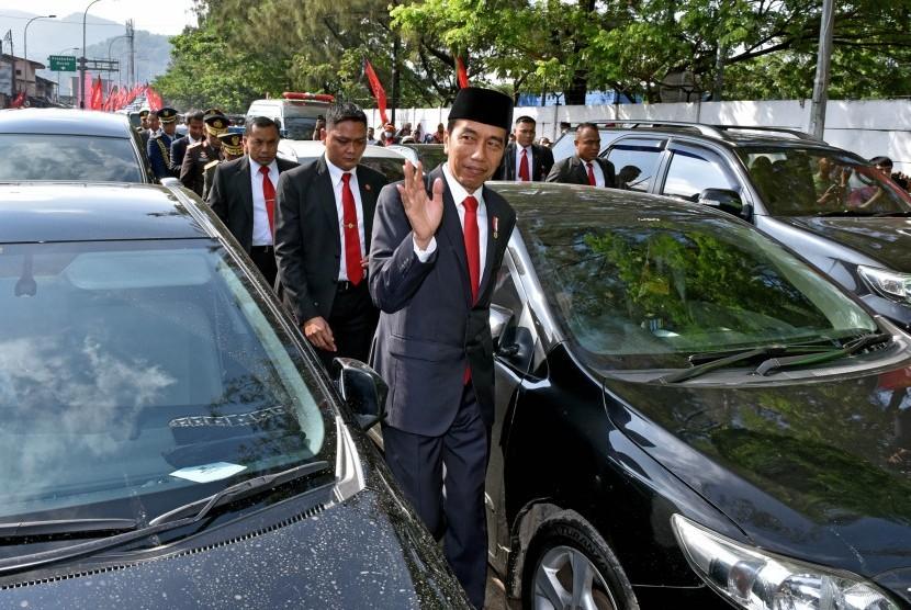 Presiden Joko Widodo (kanan) berjalan kaki di antara kendaraan yang terjebak kemacetan menuju lokasi Upacara Parade dan Defile HUT ke-72 TNI Tahun 2017 di Dermaga Indah Kiat, Cilegon, Banten Kamis (5/10).