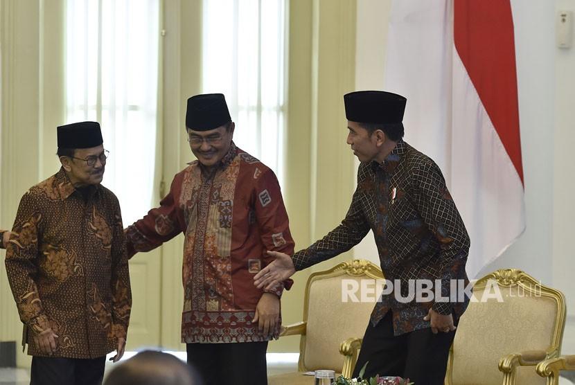 Presiden Joko Widodo (kanan) bersama Ketua Dewan Kehormatan Ikatan Cendekiawan Muslim se-Indonesia (ICMI) BJ Habibie (kiri) dan Ketua Umum ICMI Jimly Asshidiqie (tengah) saat pembukaan Silaturahmi Kerja Nasional (Silaknas) Tahun 2017 di Istana Kepresidenan Bogor, Jakarta, Jumat (8/12).