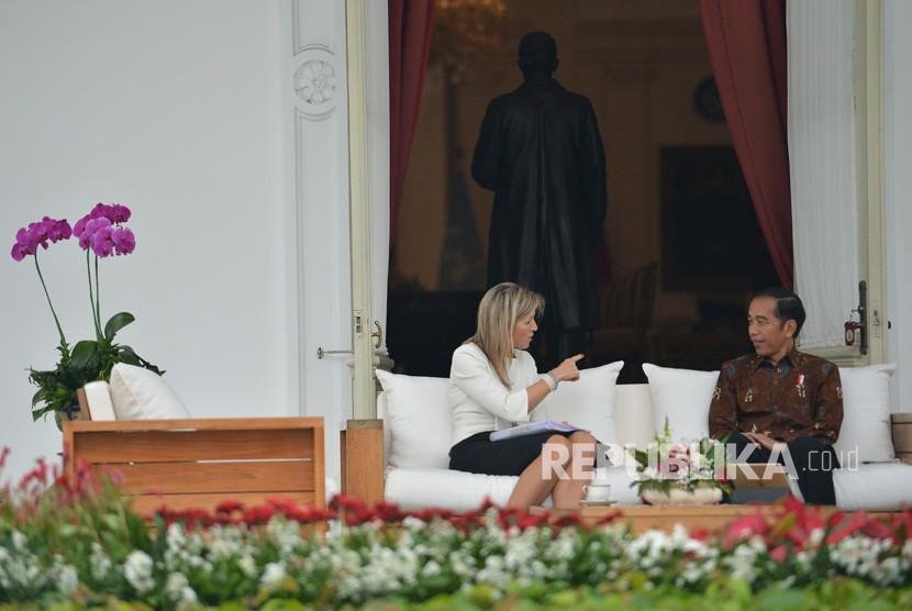 Presiden Joko Widodo (kanan) bersama Utusan Khusus Perserikatan Bangsa-Bangsa (PBB) untuk Inklusi Keuangan Ratu Maxima (kiri) melakukan Veranda Talk di Istana Merdeka, Jakarta, Selasa (13/2).