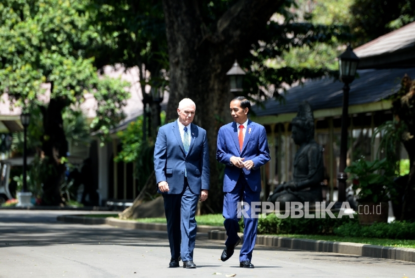 President Joko Widodo (right) walked side by side with U.S. Vice President Mike Pence at the State Palace, Jakarta, Thursday (April 20).