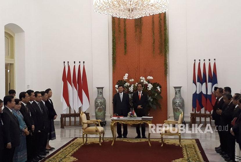 Presiden Joko Widodo (kanan) dan Perdana Menteri Republik Demokratik Rakyat Laos Thongloun Sisoulith melakukan pernyataan bersama terkait kerja sama kedua negara di Istana Negara, Bogor, Kamis (12/10).