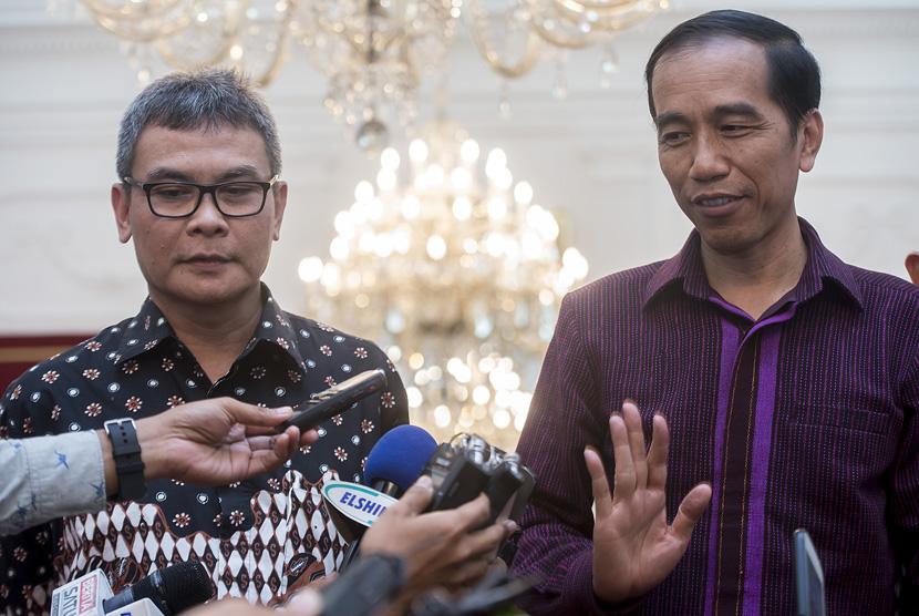 Presiden Joko Widodo (kanan) didampingi Juru Bicara Kepresidenan Johan Budi (kiri) memberikan keterangan pers di Istana Merdeka, Jakarta, Selasa (12/1).