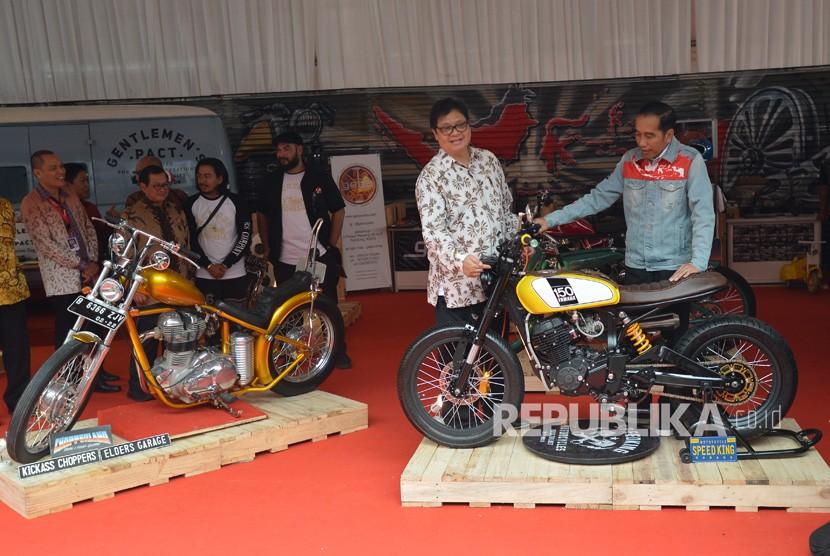 President Joko Widodo (right) accompanied by Industry Minister Airlangga Hartarto (second right) sees custom bike during the opening of Indonesia International Motor Show (IIMS) 2018 at JI Expo Kemayoran, Jakarta, on Thursday (April 19).