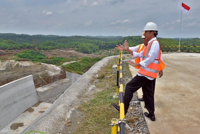 Presiden Joko Widodo (kanan) didampingi Menteri PUPR Basuki Hadimuljono (kiri) meninjau proyek pembangunan Bendungan Karian di Kabupaten Lebak, Banten, Rabu (4/10).