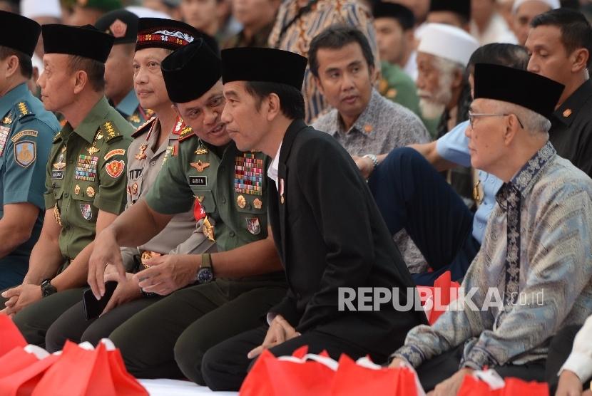 Presiden Joko Widodo (kedua kanan) berbincag dengan Panglima TNI Gatot Nurmantyo saat Buka Puasa Bersama di Markas Besar TNI, Jakarta, Senin (19/6).