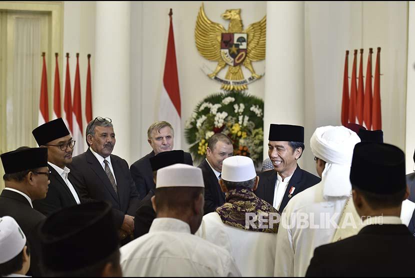 Presiden Joko Widodo (kedua kanan) berbincang dengan ulama usai peringatan Maulid Nabi Muhammad SAW Tahun 1439 H/2017 M di Istana Bogor, Jawa Barat, Kamis (30/11).