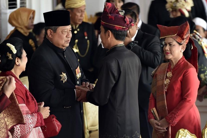 Presiden Joko Widodo (kedua kanan) bersama Ibu Negara Iriana Joko WIdodo (kanan) menyapa mantan Presiden Susilo Bambang Yudhoyono beserta istri Ani Yudhoyono (kiri) saat menghadiri upacara peringatan detik-detik proklamasi kemerdekaan RI di Istana Merdeka, Jakarta, Kamis (17/8). Peringatan HUT ke-72 RI mengusung tema Indonesia Kerja Bersama.
