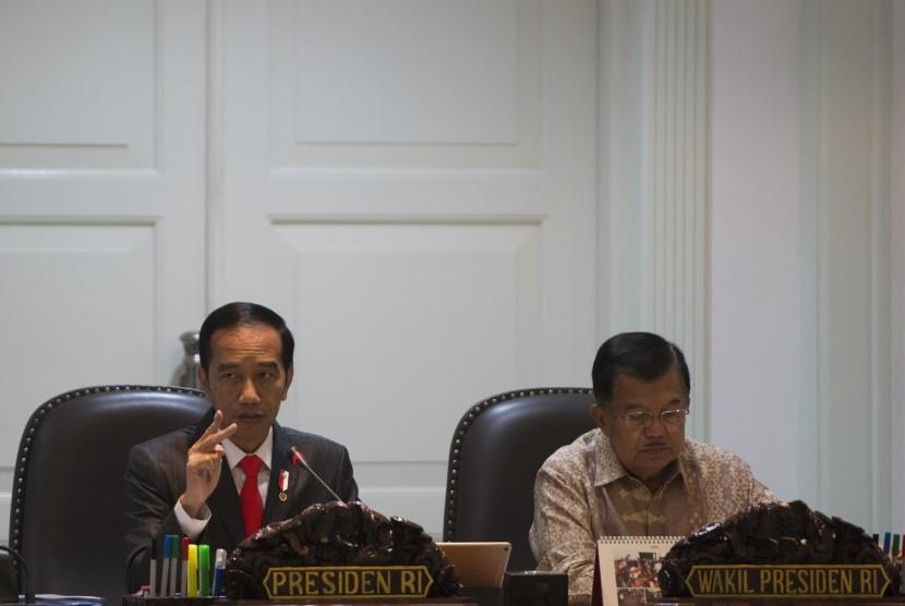 Presiden Joko Widodo (kedua kanan) didampingi Wakil Presiden Jusuf Kalla memimpin rapat terbatas yang membahas kebijakan pemerataan ekonomi (ilustrasi)