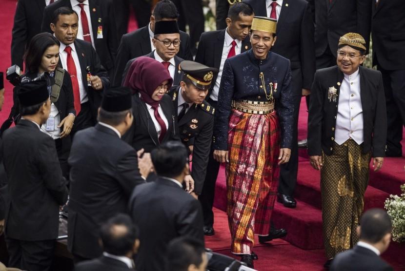 Presiden Joko Widodo (kedua kanan) didampingi Wakil Presiden Jusuf Kalla (kanan) dan Ketua MPR Zulkifli Hasan (kedua kiri) berjalan seusai menghadiri Sidang Tahunan MPR Tahun 2017 di Kompleks Parlemen, Senayan, Jakarta, Rabu (16/8).