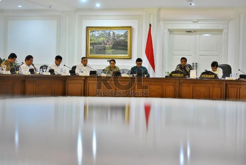 Presiden Joko Widodo (kedua kanan) didampingi Wapres Jusuf Kalla (kanan) bersama memimpin rapat terbatas bersama sejumlah Menteri Kabinet Kerja di Kantor Presiden Jakarta, Selasa (10/2).