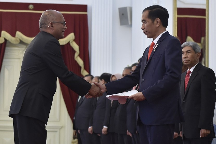 President Joko Widodo (second right) received credentials from the Ambassador Extraordinary and Plenipotentiary (LBBP) from the Ambassador of the Republic of Trinidad and Tobago to Indonesia Chandalal Parsad (left) at Merdeka Palace, Jakarta, Thursday (May 18).