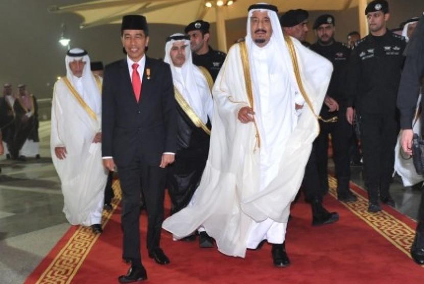 Presiden Joko Widodo (kedua kiri) berjalan bersama Raja Arab Saudi Salman bin Abdulaziz Al Saud (kedua kanan) setibanya di Bandar Udara Internasional King Abdul Aziz, Jeddah, Kerajaan Arab Saudi, Jumat (11/9) malam.