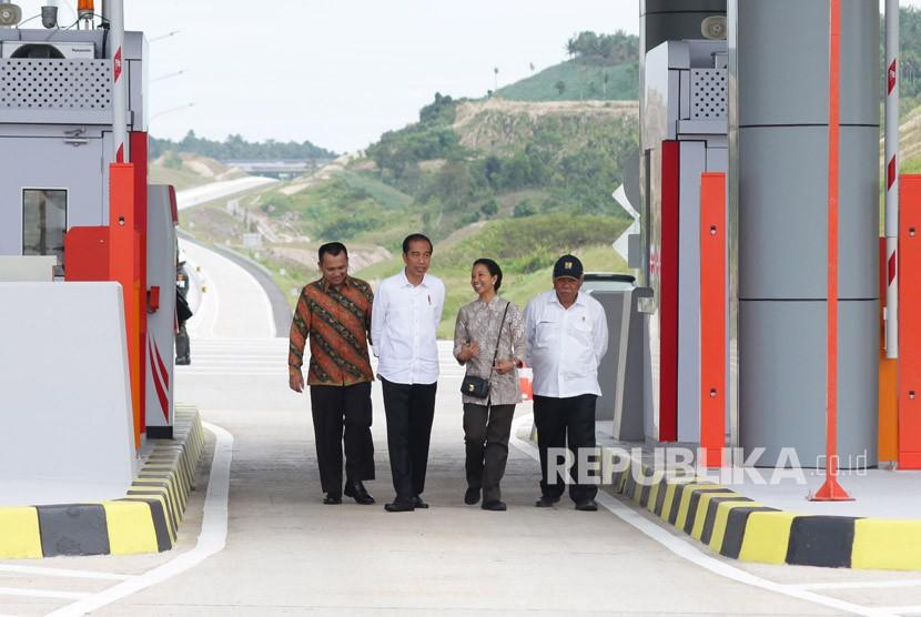 Presiden Joko Widodo (kedua kiri) bersama Menteri BUMN Rini Soemarno (kedua kanan), Menteri PUPR Basuki Hadimuljono (kanan) dan Gubernur Lampung M Ridho Ficardo (kiri) berjalan bersama seusai meresmikan Tol Pelabuhan Bakauheni-Terbanggi Besar seksi satu, di Bakauheni, Lampung, Ahad (21/1).