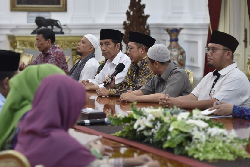 President Joko Widodo (fourth from the right) accompanied by some of his ministers meet Islamic scholars at Merdeka Palace, Jakarta, Monday (April 17).