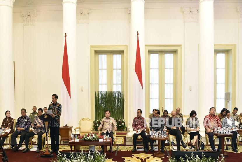 Presiden Joko Widodo (keempat kiri) memimpin Sidang Kabinet Paripurna di Istana Bogor, Jawa Barat. ilustrasi