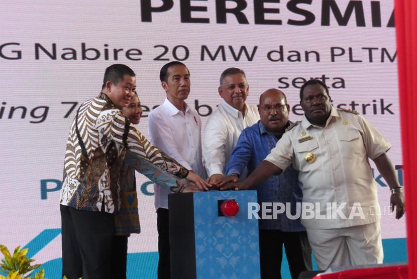 Presiden Joko Widodo (ketiga dari kiri) meresmikan 74 desa baru berlistrik untuk Papua dan Papua Barat, Rabu (20/12). Peresmian bertempat di Kabupaten Nabire, Provinsi Papua.
