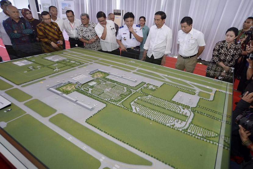Presiden Joko Widodo meninjau pembangunan Bandara Kertajati di Majalengka, Jawa Barat, Kamis (14/1).  (Antara/Yudhi Mahatma)