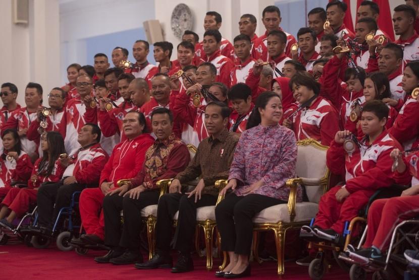 Presiden Joko Widodo (ketiga kanan) didampingi Menko PMK Puan Maharani (kedua kanan) dan Menpora Imam Nahrawi (keempat kanan) bersiap berfoto bersama para atlet dan pelatih yang berlaga dalam ajang ASEAN Paragames 2017 di Istana Negara, Jakarta, Senin (2/10).