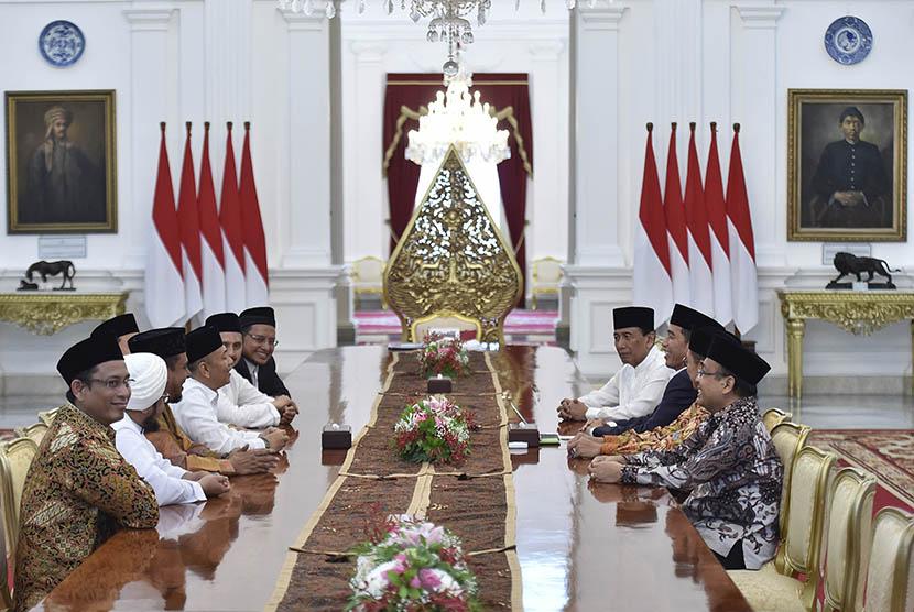 Image result for Gerakan Nasional Pengawal Fatwa MUI dengan Presiden Joko Widodo