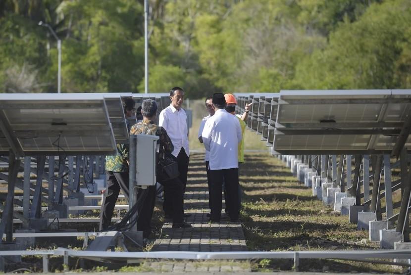 Presiden Joko Widodo (ketiga kiri) bersama Menteri ESDM Sudirman Said (ketiga kanan) melakukan sidak untuk meninjau panel Pembangkit Listrik Tenaga Surya (PLTS) Daruba, Kabupaten Pulau Morotai, Maluku Utara, Rabu (6/4).