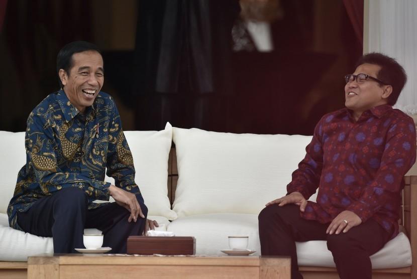 Presiden Joko Widodo (kiri) berbincang dengan Ketua Umum Partai Kebangkitan Bangsa (PKB) Muhaimin Iskandar (kanan) di teras belakang Istana Merdeka, Jakarta, Selasa (29/11).