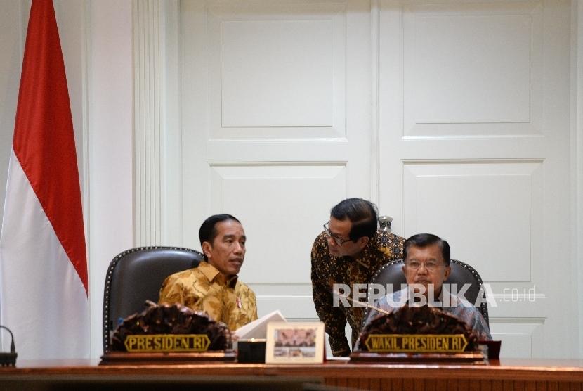 Presiden Joko Widodo (kiri) berbincang dengan Seskab Pramono Anung.