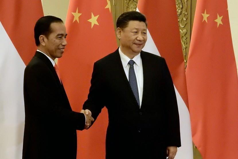 Presiden Joko Widodo (kiri) berjabat tangan dengan Presiden Republik Rakyat Tiongkok Xi Jinping (kanan) saat pertemuan bilateral disela-sela menghadiri Belt and Road Forum di Gedung Great Hall of the People, Beijing, Minggu (14/5).