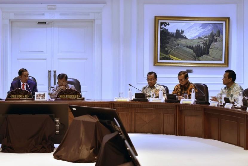 Presiden Joko Widodo (kiri) bersama Wakil Presiden Jusuf Kalla (kedua kiri) memimpin rapat terbatas Evaluasi Pelaksanaan Proyek Strategis Nasional dan Program Prioritas Provinsi Daerah Istimewa Yogyakarta di Kantor Presiden, Jakarta, Kamis (20/4).