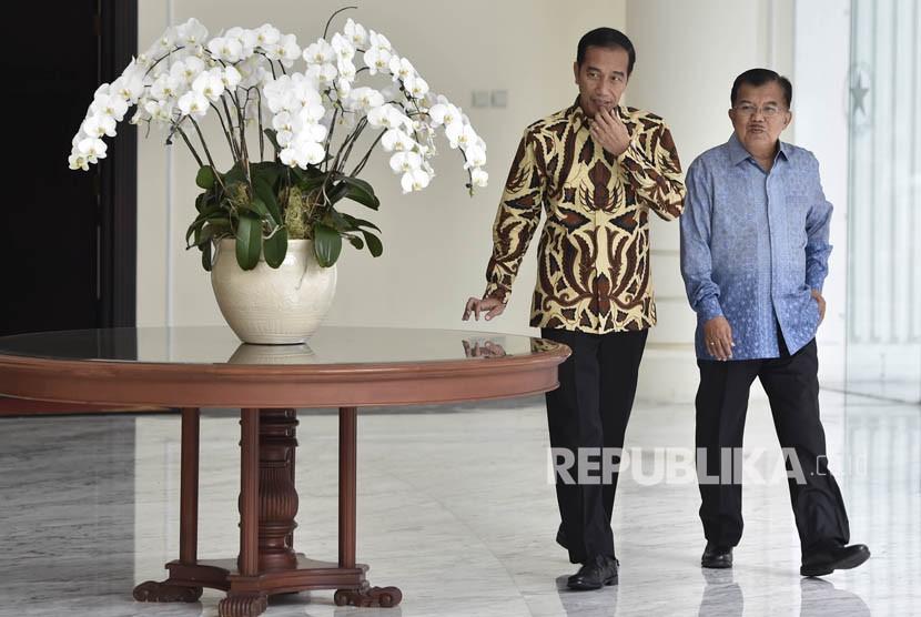 Presiden Joko Widodo (kiri) bersama Wakil Presiden Jusuf Kalla meninggalkan Kantor Wakil Presiden usai pertemuan tertutup di Jakarta, Selasa (6/2).