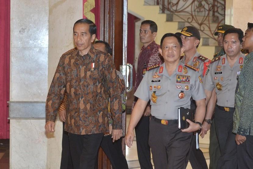 Presiden Joko Widodo (kiri) didampingi Kapolri Jenderal Polisi Tito Karnavian (kanan)