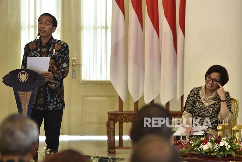 Presiden Joko Widodo (kiri) didampingi Menteri Keuangan Sri Mulyani (kanan) dalam sebuah kesempatan bersama. ilustrasi