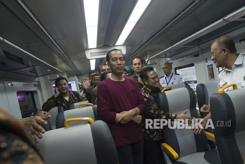 Presiden Joko Widodo (kiri) menaiki kereta bandara usai peresmian pengoperasian kereta bandara di Stasiun Bandara Soekarno-Hatta, Tangerang, Banten (2/1).