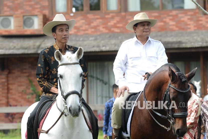 Presiden Joko Widodo (kiri) menunggang kuda bersama Ketua Umum Gerindra Prabowo Subianto